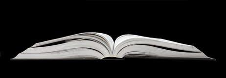 Ouvrez le livre sur le noir. image stock