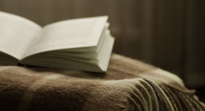 Ouvrez le livre sur une couverture, sur vis-à-vis de la fenêtre Photos libres de droits