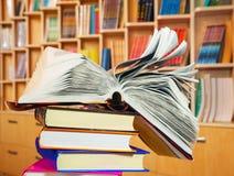 Ouvrez le livre sur une pile de livres Photo libre de droits