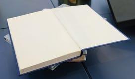 Ouvrez le livre vide sur le Tableau en bois photos stock