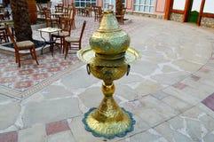 Ouvrez le narguilé de café avec des tables et des palmiers dans un pays islamique islamique arabe chaud d'exotique tropical sous  images libres de droits