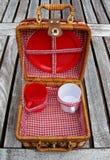 Ouvrez le panier de pique-nique sur une table Images stock