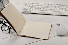 Ouvrez le plan rapproché de carnet avec les pages vides sur la table de bureau Photos libres de droits