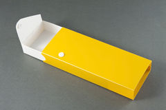 Ouvrez le plumier vide sur Gray Background. Photographie stock