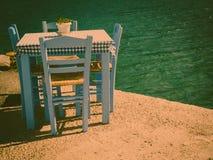 Ouvrez le restaurant extérieur de café en Grèce sur le bord de mer photo libre de droits