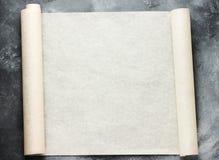 Ouvrez le rouleau de papier parcheminé de cuisson pour le menu ou les recettes textotent Images libres de droits