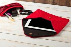 Ouvrez le sac à main femelle de stylo rouge avec la tablette dans un bois blanc images libres de droits