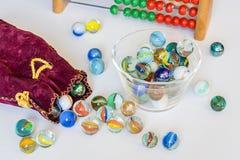 Ouvrez le sac avec les boules en verre Images stock