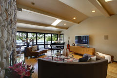 Ouvrez le salon intérieur à la maison de luxe moderne et la cheminée en pierre. Photos libres de droits