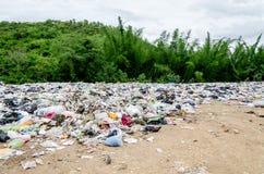 Ouvrez le site de décharge à la ville Thaïlande de Ratchaburee le 6 mai 2012 images stock
