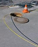Ouvrez le trou d'homme avec les câbles optiques jaunes, Photo libre de droits