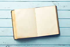 Ouvrez le vieux livre Images stock