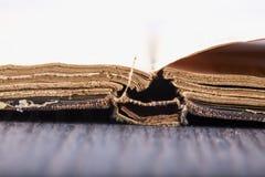 Ouvrez le vieux livre au-dessus de la table en bois Photo libre de droits