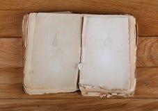 Ouvrez le vieux livre avec les pages vides pour le texte images stock