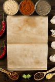 Ouvrez le vieux livre de vintage avec des épices sur le fond en bois Nourriture végétarienne saine Images stock