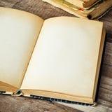 Ouvrez le vieux livre Photo stock