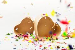 Ouvrez les boîte-cadeau en forme de coeur avec les confettis colorés Images stock