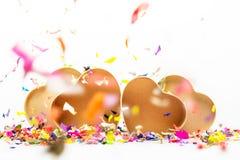 Ouvrez les boîte-cadeau en forme de coeur avec les confettis colorés Photo stock
