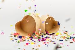 Ouvrez les boîte-cadeau en forme de coeur avec les confettis colorés Photo libre de droits