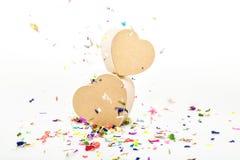Ouvrez les boîte-cadeau en forme de coeur avec les confettis colorés Photographie stock