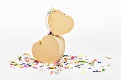Ouvrez les boîte-cadeau en forme de coeur avec les confettis colorés Image libre de droits