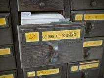 Ouvrez les boîtes en bois avec des fiches dans la bibliothèque, contenu d'étiquette est ` d'ENFANTS de ` images libres de droits