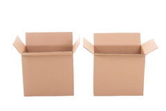 Ouvrez les boîtes en carton ondulé brunes au-dessus du blanc Photo stock