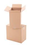 Ouvrez les boîtes en carton ondulé brunes d'isolement sur le blanc Photo libre de droits