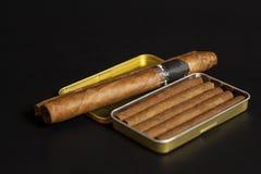 Ouvrez les cigares de boîte à cigares et de Cubain en métal Images stock