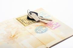 Ouvrez les clés de passeport et de voiture Photographie stock