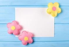Ouvrez les fleurs roses et jaunes avec le livre blanc, copyspace sur le fond en bois bleu Jouets fabriqués à la main de feutre Ci Photo libre de droits