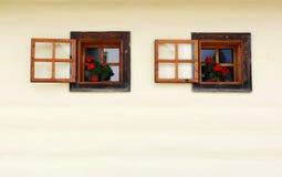Ouvrez les hublots rustiques pittoresques. l'Europe Centrale Photo stock