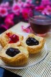 Ouvrez les mini tartes avec des confitures de baies Photo stock