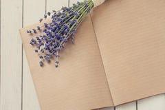 Ouvrez les notes de journal intime sur la table en bois et fleurissez la forêt Lavander Image libre de droits