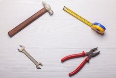 Ouvrez les outils autour du secteur vide sur la table en bois blanche Images stock