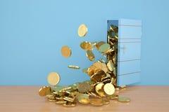Ouvrez les pièces d'or de porte tombent, l'illustration 3D Images stock