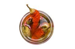 Ouvrez les piments marinés par pot en verre de la vue supérieure Photographie stock libre de droits