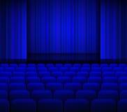 Ouvrez les rideaux bleus en théâtre avec la lumière et les sièges Photographie stock libre de droits