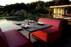 Ouvrez les sièges de dîner au stationnement à côté d'un étang Images stock