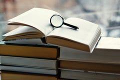 Ouvrez livres reliés, loupe Photographie stock libre de droits