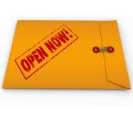 Ouvrez maintenant les données critiques urgentes d'enveloppe jaune Photo stock