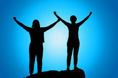 Ouvrez ses bras, silhouette de femmes au coucher du soleil photographie stock libre de droits