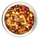 Ouvrez Tin Can des écrous mélangés au-dessus du blanc Photo stock
