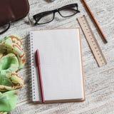 Ouvrez un bloc-notes, un stylo, des verres, un téléphone, un sac à main et une écharpe vides images stock