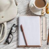 Ouvrez un carnet, un stylo, un sac de femmes, une règle, un crayon et une tasse de café blancs vides image libre de droits