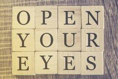 Ouvrez votre message de yeux Image libre de droits