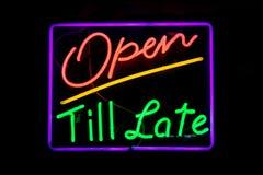 Ouvrez-vous jusqu'au signe au néon tardif Photo libre de droits