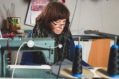 Ouvrière couturière à la machine à coudre Photo stock