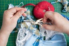 Ouvrière couturière avec des ciseaux de couture Photos stock