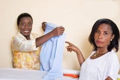 Ouvrière couturière et ouvrière couturière d'étudiant dans l'atelier Photo libre de droits